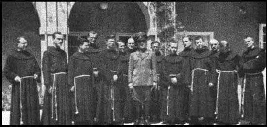 Marioneta Nazi Ante Pavelic con Monjes Franciscanos Católicos
