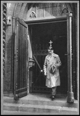 Hitler atendiendo la Iglesia Católica (Culto Nazi)
