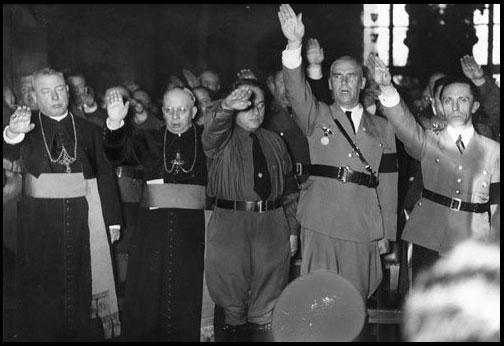 Sacerdotes Católicos y Nazis saludando a Hitler