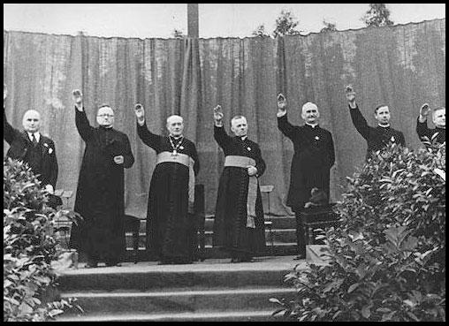 Sacerdotes Católicos saludan a Hitler