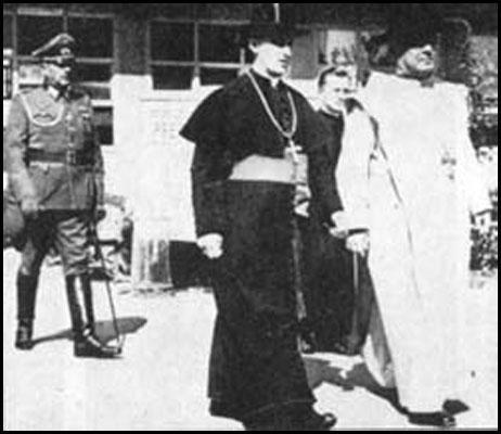 Arzobispo Católico Stepinac y Papal Nuncio Marcone con el General Nazi