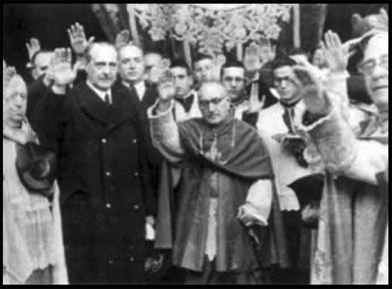 Clero Católico saludando a Hitler